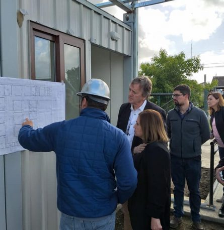 Alcalde Claus Lindemann y apoderados de la escuela Arturo Alessandri Palma realizan visita inspectiva a Escuela Modular