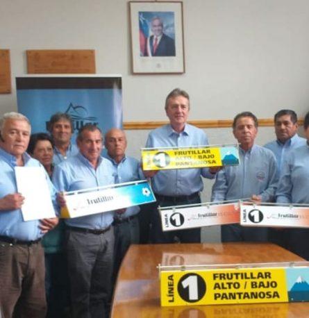 Alcalde Claus Lindemann entrega aporte municipal a Linea 1 de colectivos de Frutillar