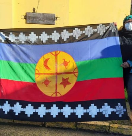 Se realizó el izamiento de bandera mapuche en el frontis del municipio